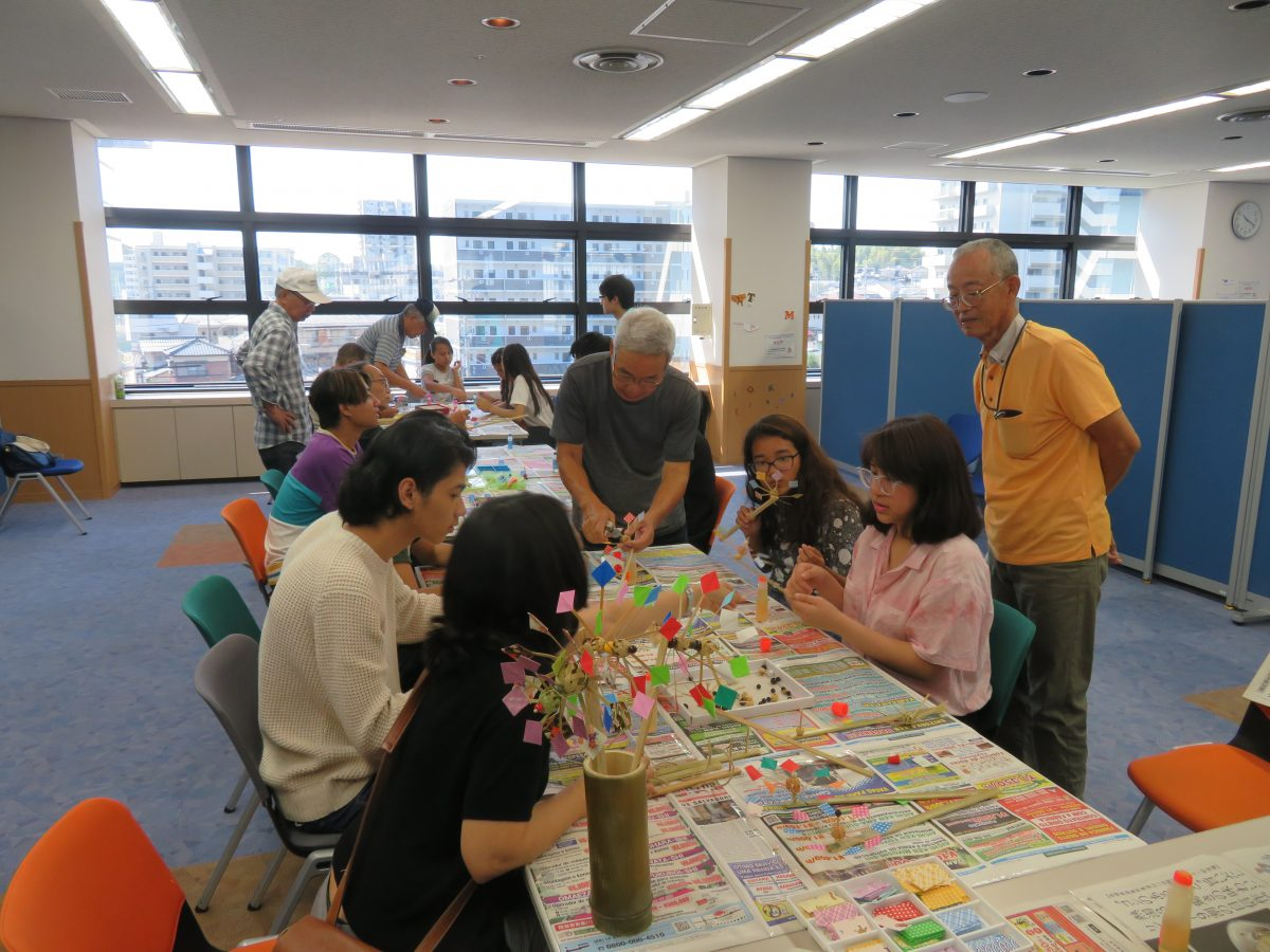 Fizemos cata-ventos com  bambus. <br /> Tem eventos ocasionais para os estrangeiros participarem.