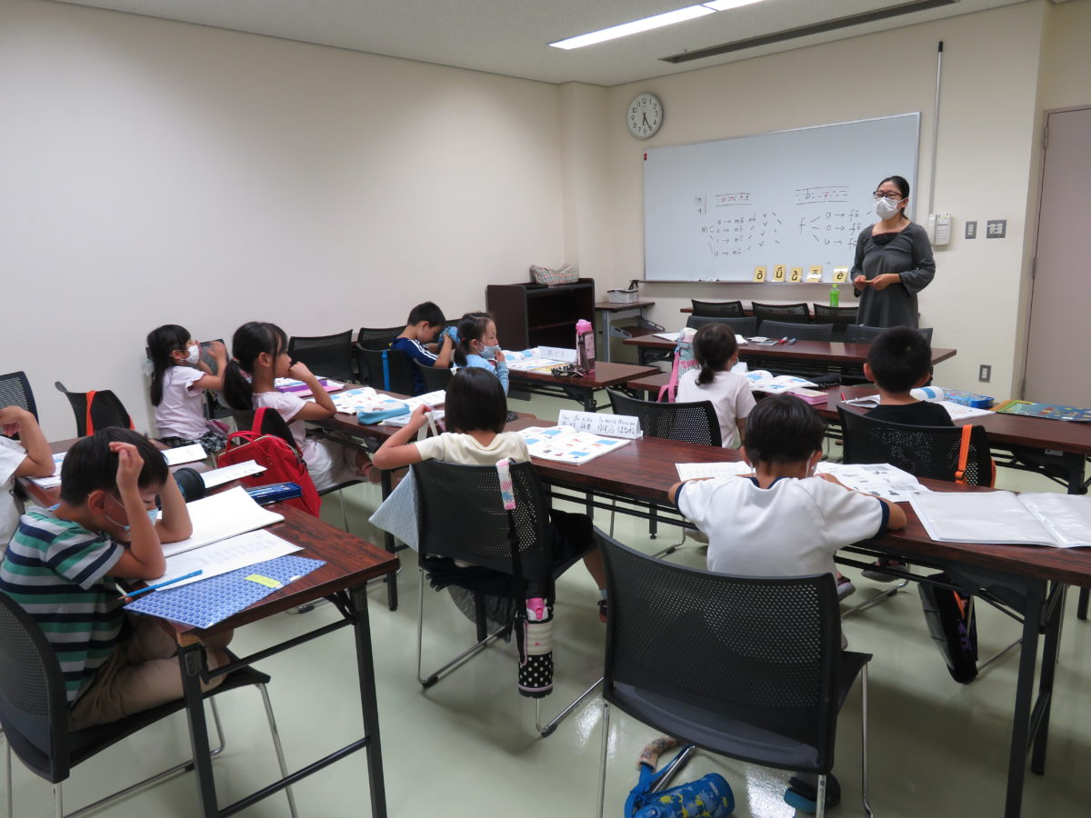「中国語母語保持教室」初级班的上课情况,今天是用中文练习说自己的生日。<br />
