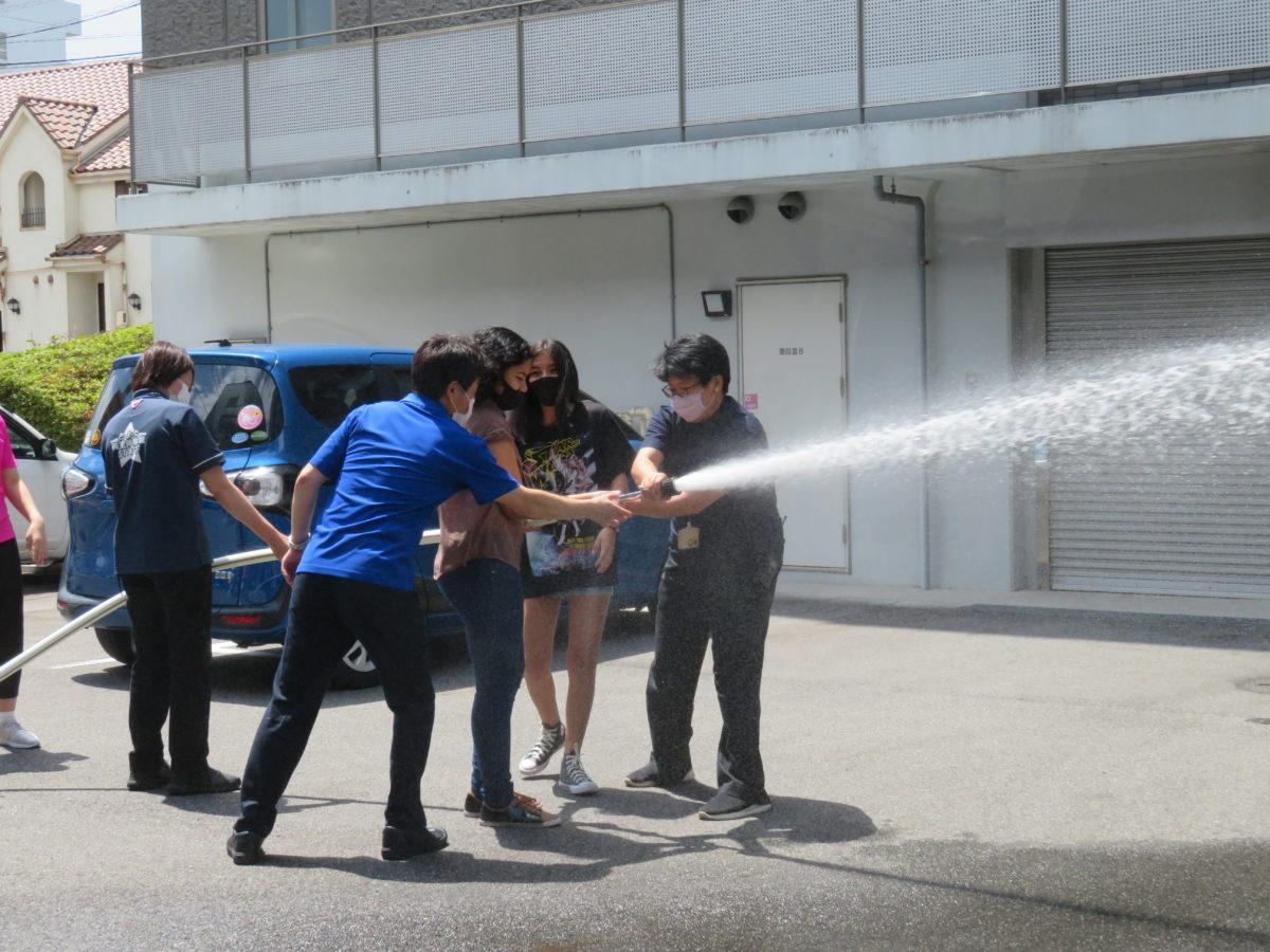 避难训练! 借用TIA教室的NPO法人トルシーダ的学生们参加了训练。<br />