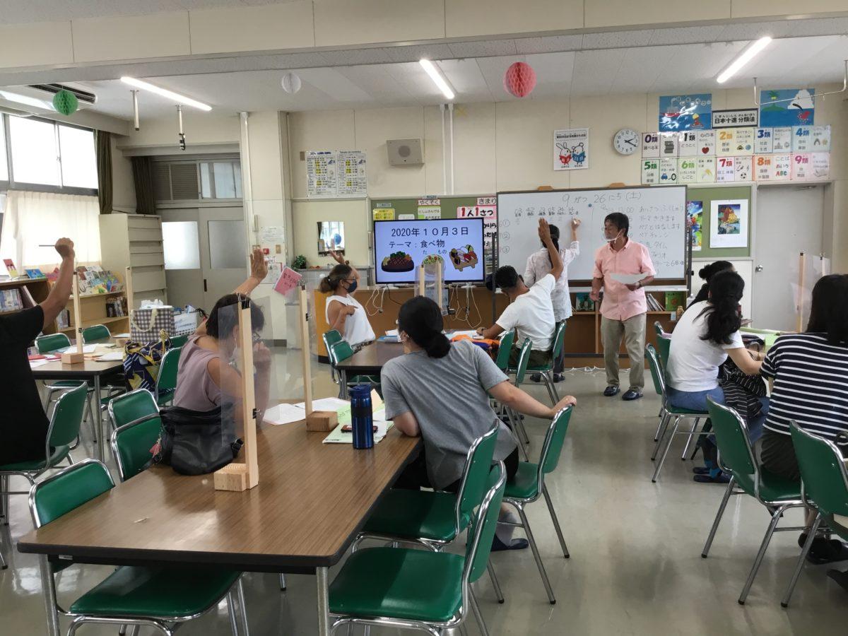 O curso de língua japonesa TSUNAGARU NIHONGO é um curso voltado para as pessoas que não conseguem conversar muito em japonês, e está sendo ministrada na escola de ensino fundamental do Homi.