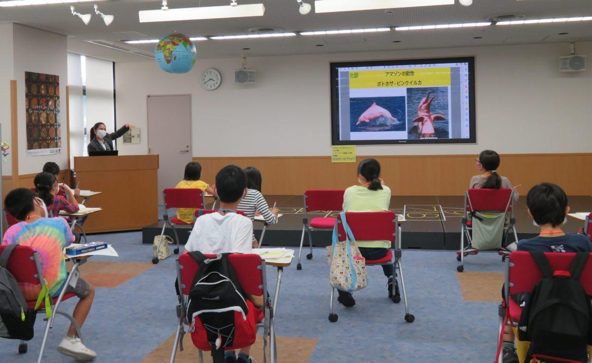 こども国際クラブ「ブラジル」:ブラジル出身講師から、ブラジルの自然、文化、子どもの遊び等について学びました。<br /> Kids' International Club