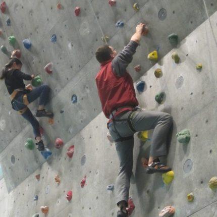 Challenge Yourself to Climbing a Towering Wall! Free Climbing Classes Available for Beginners
